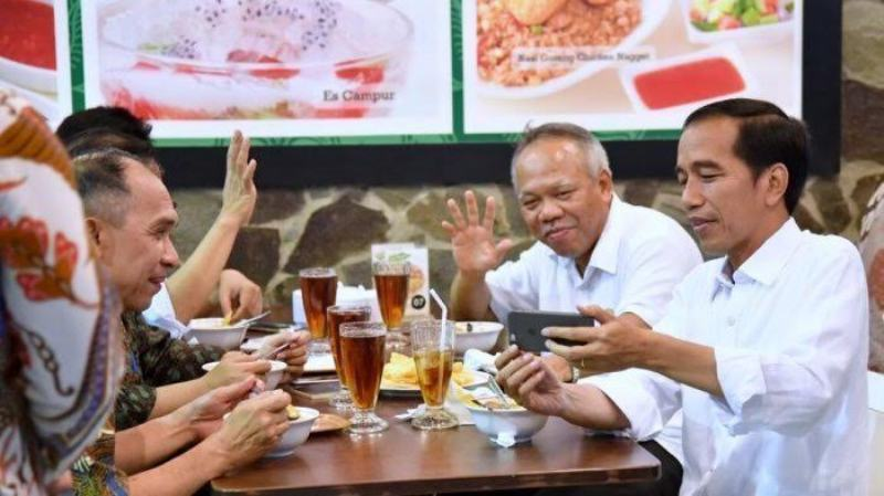 dirinya bisa menyeruput kopi Solong atau mengonsumsi bebek goreng dengan 'toping' nanas.