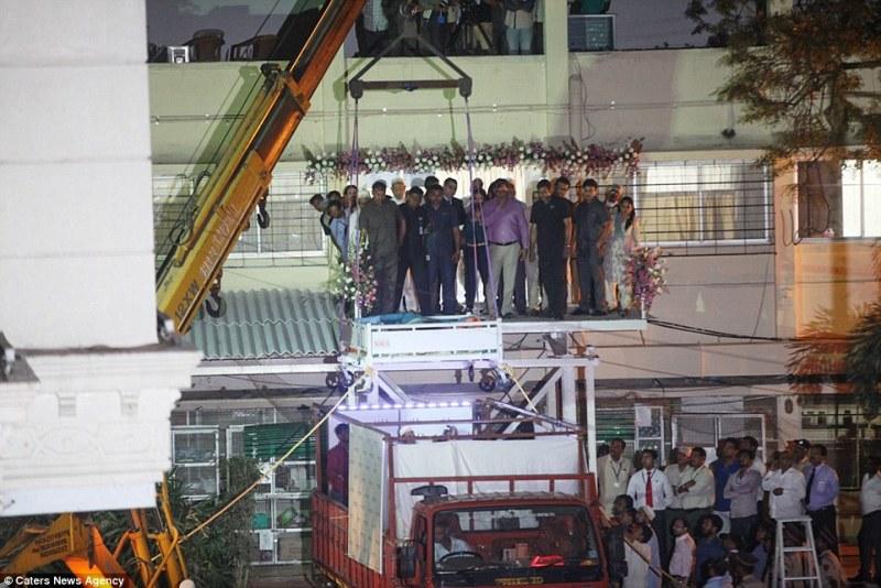 Perempuan tergemuk di Mesir diangkut {crane} demi jalani operasi di India. (Foto: Caters News Agency)