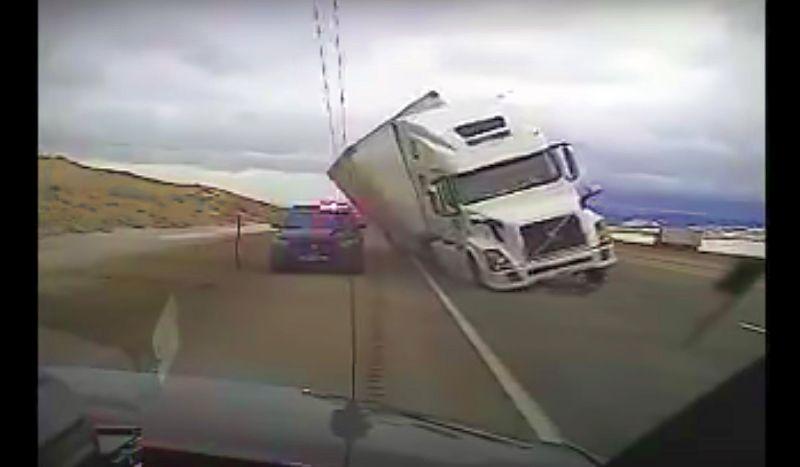 Video Dramatis Truk Trailer Timpa Mobil Polisi Gara-Gara Angin