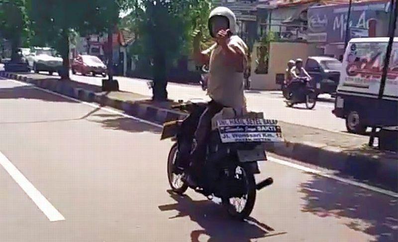 Aksi kakek Heru di jalan raya Yogya-Solo (Instagram/Alvinoktofa13)