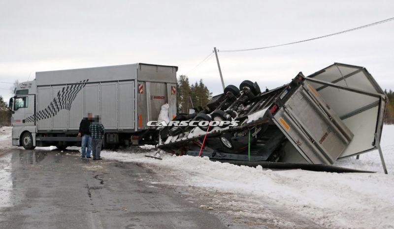 Truk trailer terbalik (Carscoops)