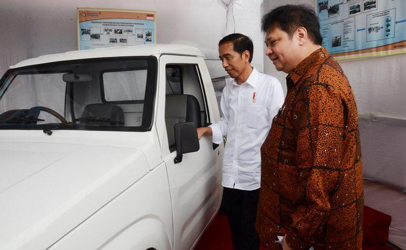 Menteri Perindustrian Airlangga Hartarto melihat mobil perdesaan (Foto: Kemenperin)