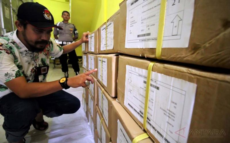Anggota KIP Aceh mengecek surat suara beberapa waktu lalu. (Foto: Antara)