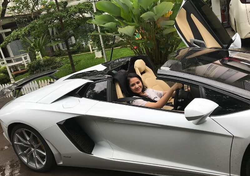 Nagita Slavina di Lamborghini Aventador Roadster (Instagram/raffinagita1717)