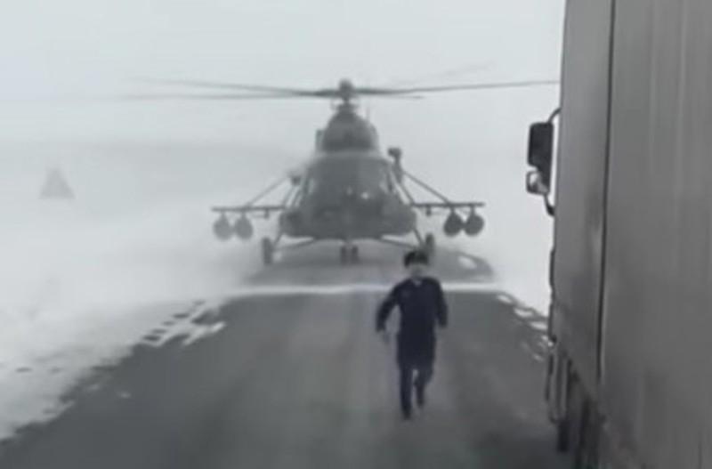 Salah seorang kru helikopter terburu-buru menanyakan arah kepada sopir truk (Foto: Zello Kaz/Youtube)