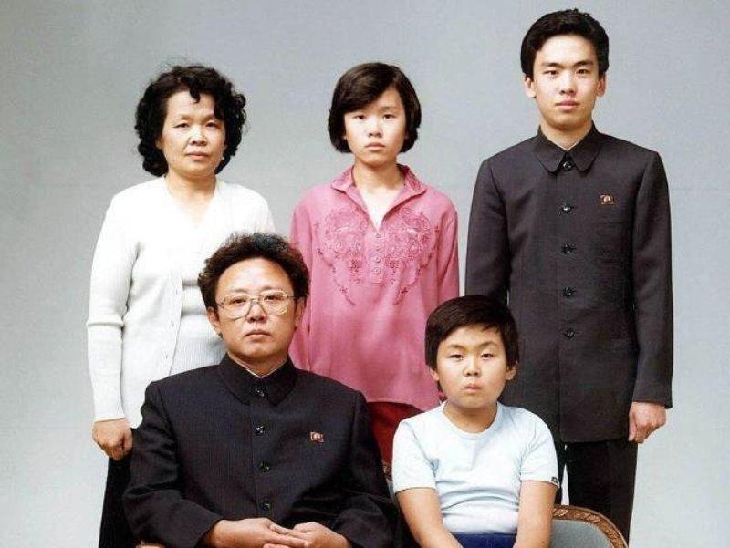 Keluarga Kim Jong-il dan Song Hye-rim. Kim Jong-nam duduk di samping ayahnya. (Foto: Getty)
