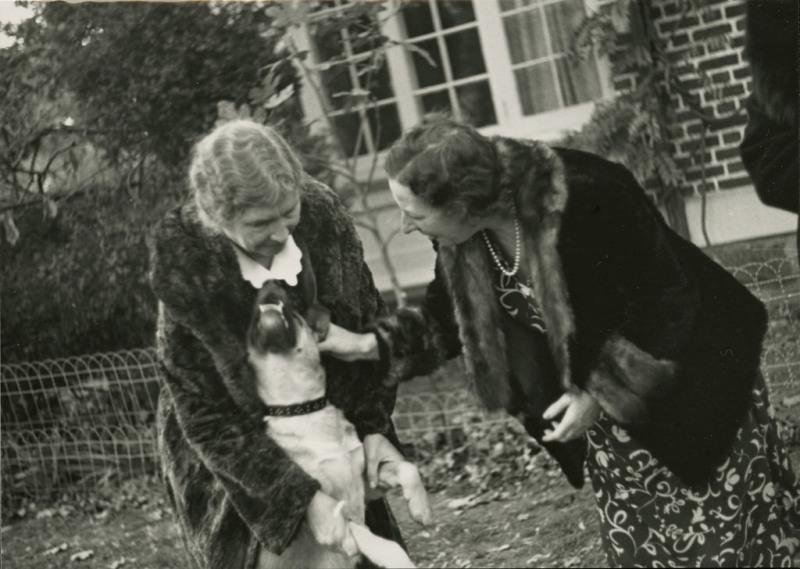 Helen Keller dan anjing peliharaannya. (Foto: Flickr)