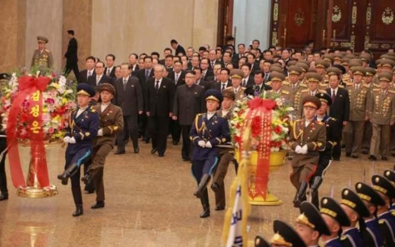 Pemimpin Tertinggi Korut Kim Jong-un memberi penghormatan untuk mendiang ayahnya Kim Jong-il (Foto: KCNA/Reuters)