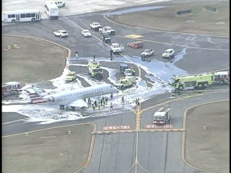 Pemadam kebakaran menyemprot racun api ke sekitar badan pesawat karena mengalami kebocoran bahan bakar (Foto: WBTVNews/Twitter)