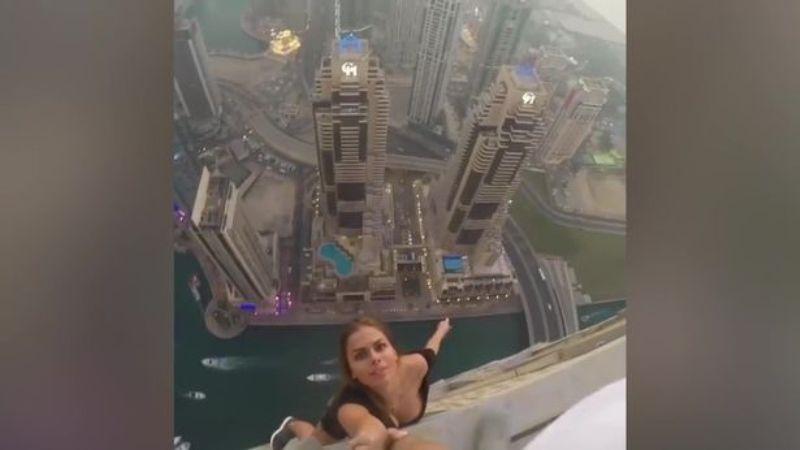 https: img.okezone.com content 2017 02 17 18 1620612 tanpa-pengaman-model-cantik-ini-bergantungan-di-atap-gedung-pencakar-langit-UyusiEyRmk.jpg