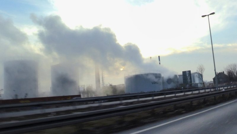 Kota Oberhausen diselimuti asap asam akibat kebocoran tangki di pabrik kimia milik Hamm Chemie. (Foto: Twitter/Potsdamer News R24)