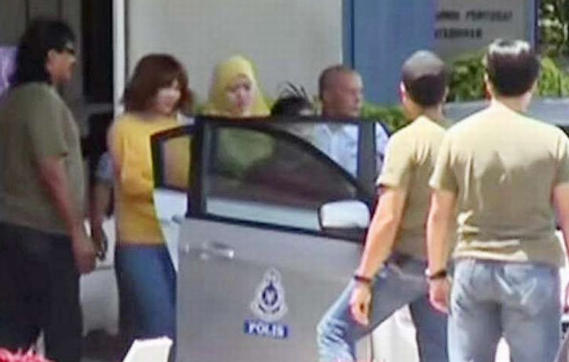 Siti Aisyah (berkaus kuning), WNI yang diduga terlibat dalam pembunuhan Kim Jong-nam saat ditangkap polisi Malaysia. (Foto: Reuters)