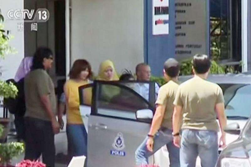 Siti Aisyah dan Doan Thi Huong Digiring Masuk ke Mobil Polisi. (Foto: Reuters)