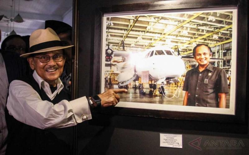 HOT SHOT: BJ Habibie Wujudkan Mimpi Industri Penerbangan RI
