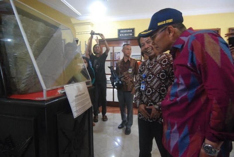 Muhadjir mengamati situs simbol Kerajaan Majapahit (Foto: Zen Arifin/Okezone)