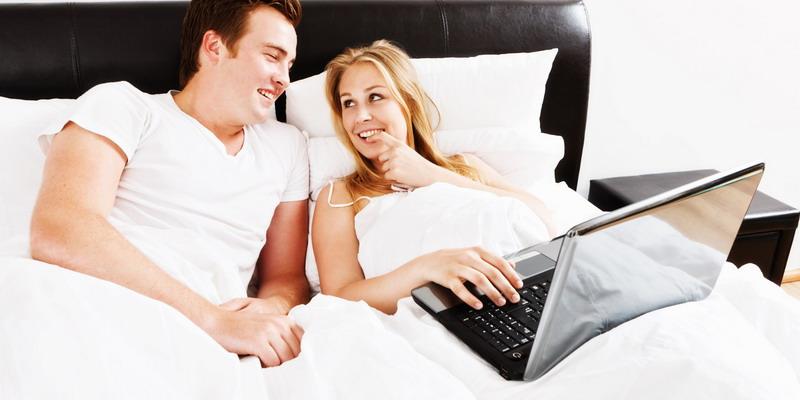 https: img.okezone.com content 2017 02 20 196 1623344 pandangan-lain-tentang-pornografi-ketika-pasutri-menonton-bersama-VwlsCNh2bB.jpg