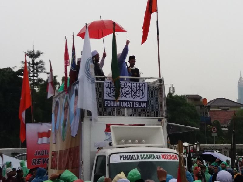 Meski Di Guyur Hujan Deras, Ratusan Kepung DPR RI