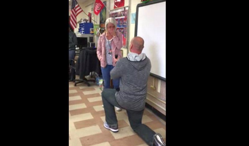 VIDEO: So Sweet Guru Sains Lamar Guru Matematika di Depan Seisi Kelas