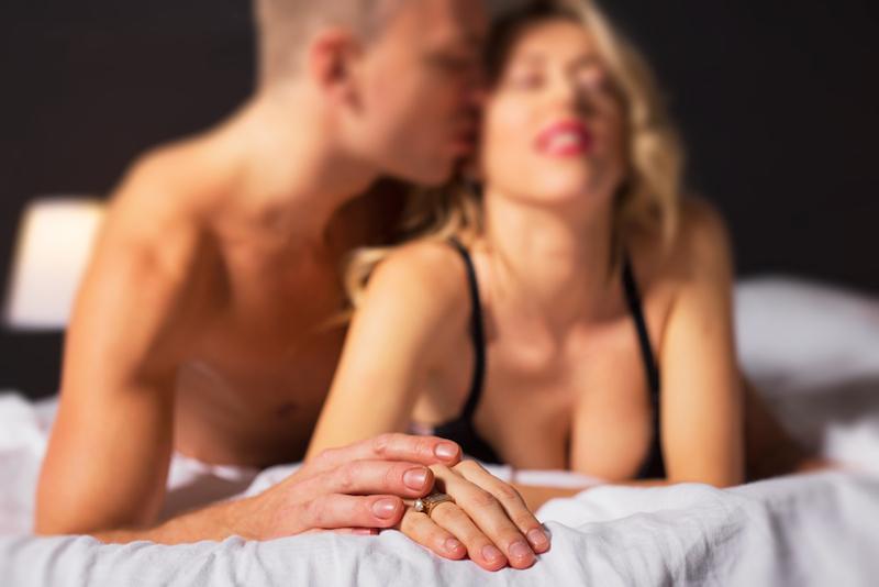 https: img.okezone.com content 2017 02 22 481 1625419 meski-bertahun-tahun-menikah-begini-caranya-agar-kehidupan-seks-tetap-hot-mEWuUf4vbG.jpg