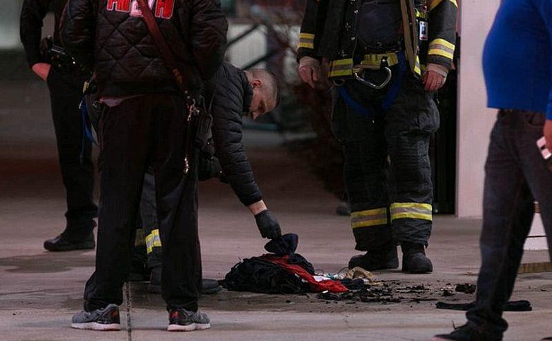 Baju si kakek perokok yang terbakar tengah diambil polisi. (Foto: Daily Mail)