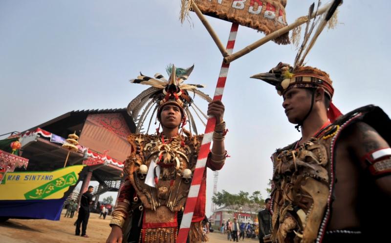 Warga Dayak Landak saat Karnaval Khatulistiwa 2015 di Pontianak, Kalbar (Antara)