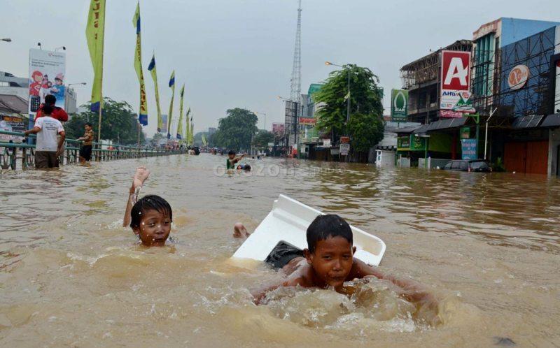 https: img.okezone.com content 2017 02 24 481 1627378 bunda-waspada-anak-sering-main-banjir-risiko-hipotermia-Qrf4OOuGR4.jpg