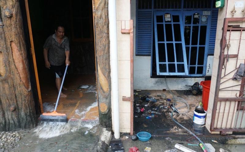 https: img.okezone.com content 2017 02 24 481 1627426 trik-bersihkan-rumah-pasca-banjir-agar-bebas-kontaminasi-bakteri-dan-virus-a0iIUf1gWC.jpg
