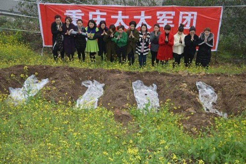 Para perempuan China tersebut membaringkan diri di lubang bak kuburan (Foto: NetEase)