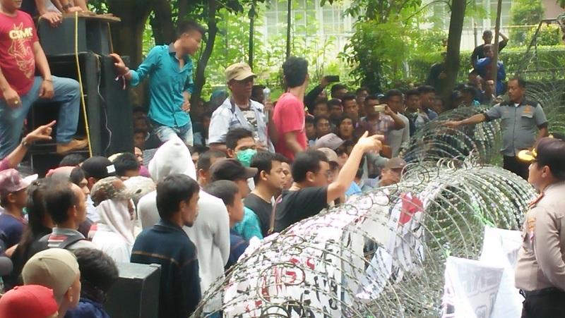 Protes Pleno Pilgub Banten, Massa Pendukung Rano Karno Adu Mulut dengan Polisi