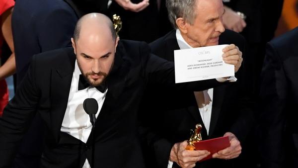 https: img.okezone.com content 2017 02 28 206 1630118 pricewaterhousecoopers-akui-salah-berikan-amplop-pemenang-film-terbaik-di-oscar-2017-X8qIxtk7ww.jpg