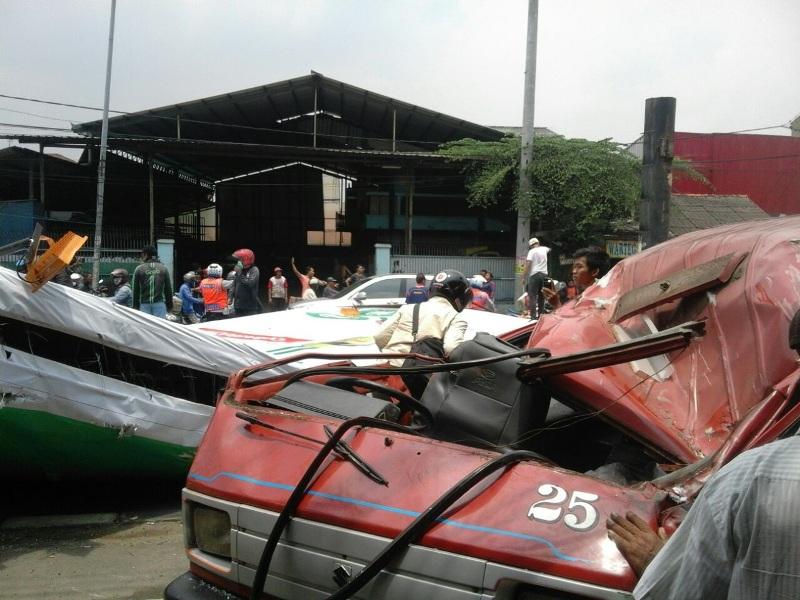 Papan reklame yang roboh di Jalan Raya Sultan Agung Kota Bekasi menimpa angkot (Istimewa/Okezone)