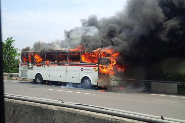 https: img.okezone.com content 2017 03 08 338 1637625 bus-primajasa-terbakar-di-tol-japek-jalan-macet-10-km-1WKVL5tlNh.jpg
