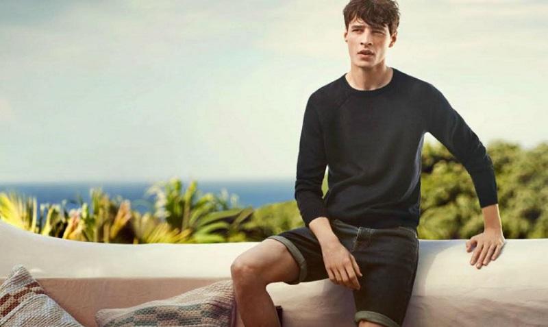 https: img.okezone.com content 2017 03 09 194 1638728 ganteng-dan-modis-pakai-celana-jeans-pendek-t-shirt-kemeja-hingga-outerwear-jawabannya-DU9rsxHoq3.jpg