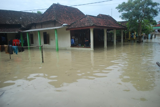 https: img.okezone.com content 2017 03 09 340 1638867 musi-banyuasin-kebanjiran-warga-bandar-jaya-memilih-bertahan-di-rumah-SA5FZUIEDb.jpg