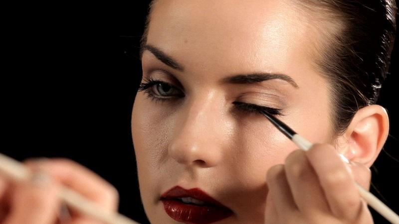 https: img.okezone.com content 2017 03 10 194 1639824 simak-tips-aplikasi-eyeliner-sesuai-bentuk-mata-npdIFRR6JO.jpg