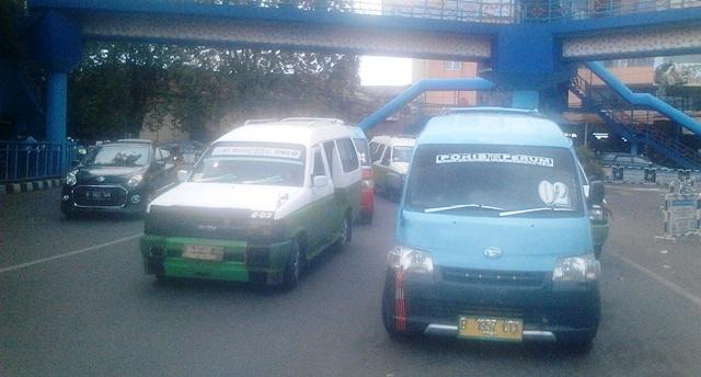 Sejumlah angkot yang sudah mulai beroperasi (foto: Rikhi/Okezone)