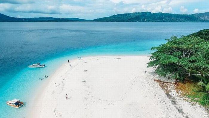 https: img.okezone.com content 2017 03 10 406 1639599 wow-keindahan-pulau-molana-di-ambon-secantik-film-moana-M2DnODNb1a.JPG