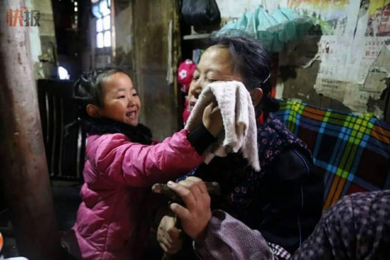 Wang Anna merawat kedua neneknya. (Foto: Kuaibao via Shanghaiist)