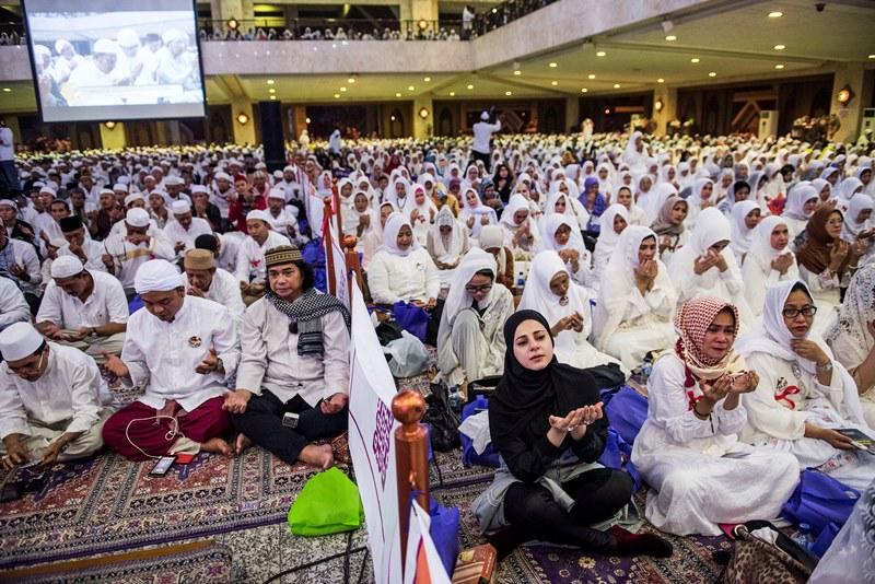 https: img.okezone.com content 2017 03 11 337 1640477 hadiri-peringatan-ke-51-supersemar-ribuan-orang-membludak-di-masjid-at-tin-oImbSOWyia.jpg