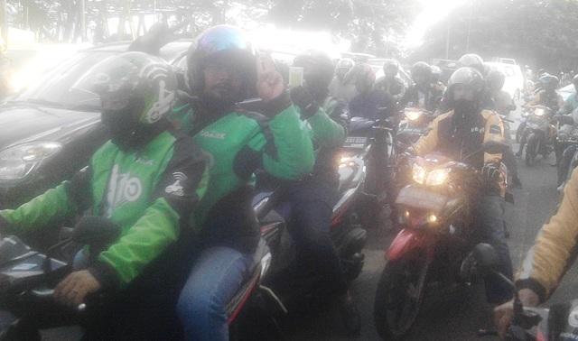 Pengemudi online saat kompoi menuju lokasi perdamaian (foto: Rikhi/Okezone)