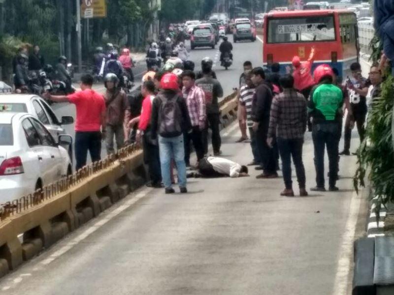 Fantastisk! Fantastisk mad Hendak Menyeberang, Seorang Pejalan Kaki Tertabrak Metromini di PV39