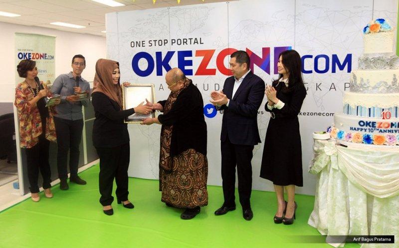 Direktur dan Content Okezone Sylviana Pravita menerima penghargaan rekor MURI dari Ketua Umum MURI Jaya Suprana  di HUT Ke-10 Okezone (Foto: Arif Bagus)