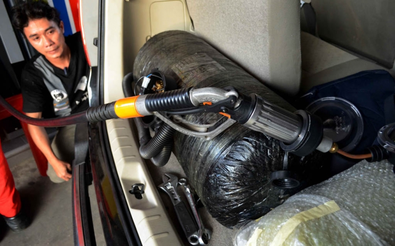 Ilustrasi pengisian bahan bakar gas CNG (foto: Okezone)