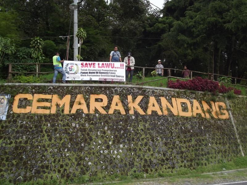 Warga memasang spanduk ajakan menyelamatkan Gunung Lawu di Karanganyar, Jawa Tengah (Bramantyo/Okezone)