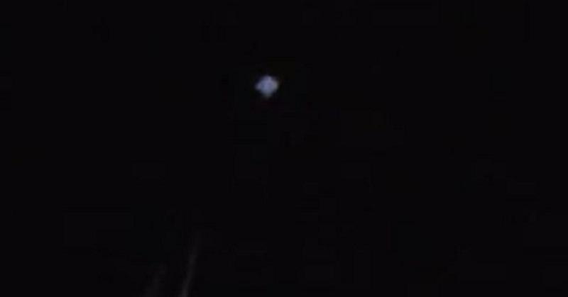 Objek Misterius Berkedip-kedip di Langit Ini Bikin Geger