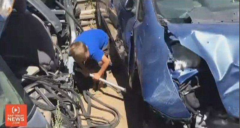 Heroik, Bocah 8 Tahun Selamatkan Ayahnya yang Tertiban Mobil