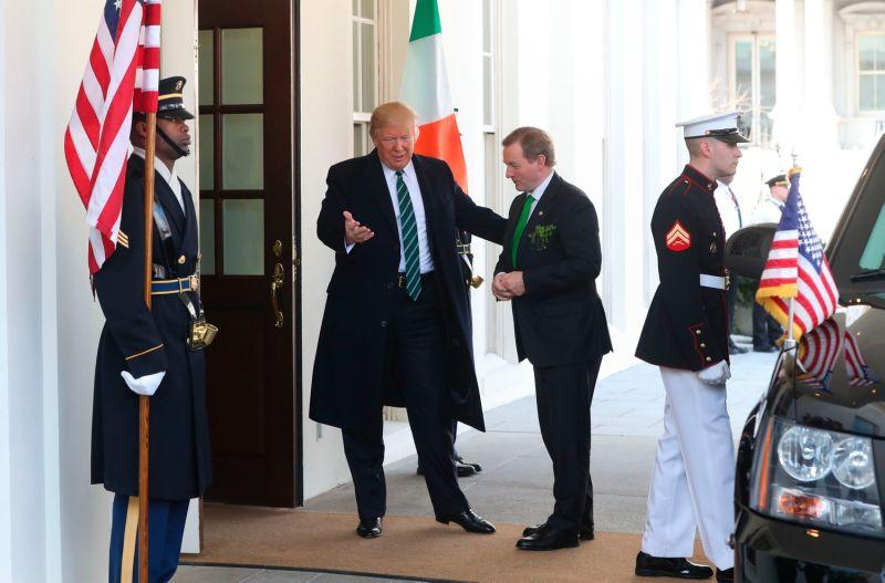 Foto Trump menyambut PM Irlandia Enda Kenny (Foto: PA)
