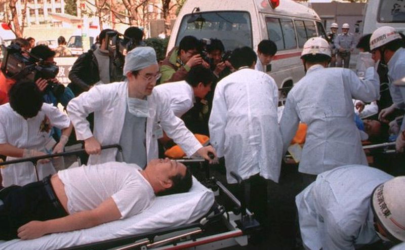 Dokter dan paramedis merawat korban serangan gas sarin di sistem kereta bawah tanah Tokyo pada 20 Maret 1995. (Foto: AP)