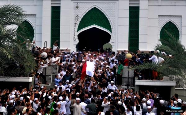 Suasana saat ribuan pelayat mengantar tempat peristirahatan terakhir KH Hasyim Muzadi (Foto: Okezone)