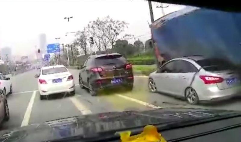 Sebuah mobil sedan tertimbun ratusan batu bata (Gambar video: Speedsociety)